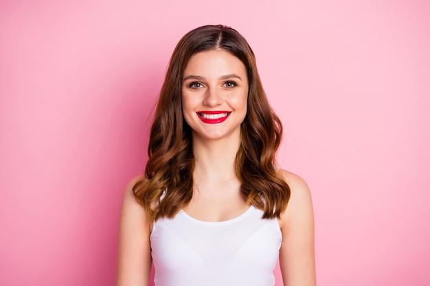 Portret van tevreden optimistische meisjesglimlach stralend