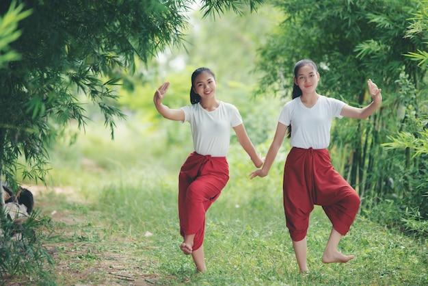 Portret van thaise jonge dame in thailand dat van de kunstcultuur, thailand danst