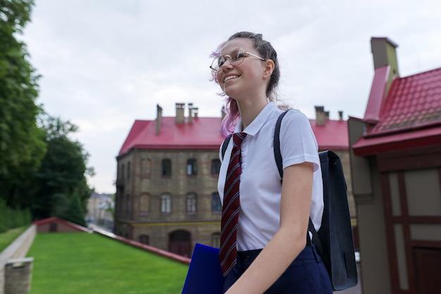 Portret van tiener meisje met rugzak naar school te gaan, zomer herfst ochtend