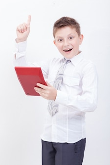 Portret van tienerjongen met rekenmachine