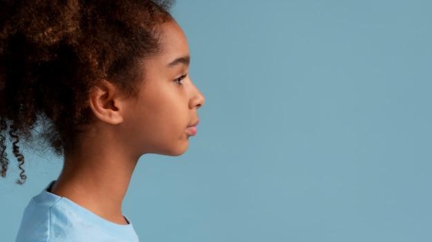 Portret van tienermeisje met krullend haar