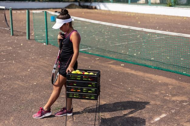 Portret van tienermeisje tennissen op sportveld
