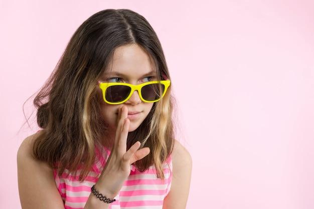 Portret van tienermeisje vertelt geheimen en roddels