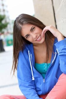 Portret van tienerzitting in de straat