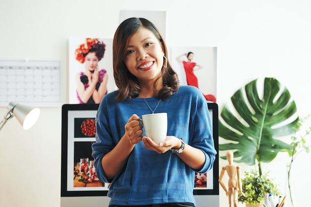 Portret van tijdschriftontwerper op kantoor