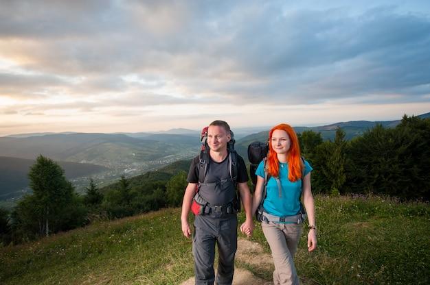 Portret van toeristenman en vrouw met rugzakken