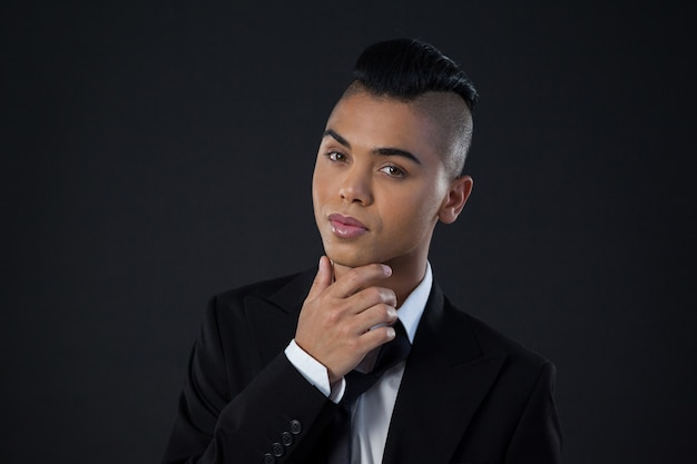 Portret van transgender vrouw in volledige suite