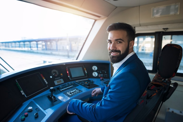 Portret van treinbestuurder zittend in de bestuurdersstoel van de metro voor openbaar vervoer