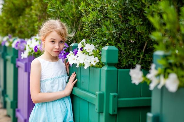 Portret van triest blond meisje met bruine ogen buitenshuis