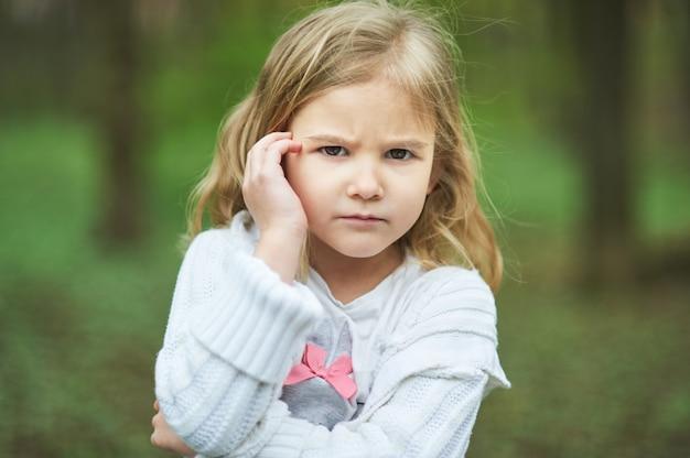 Portret van triest ongelukkig meisje, little triest kind is eenzaam, overstuur en radeloze boze gelaatsuitdrukking.