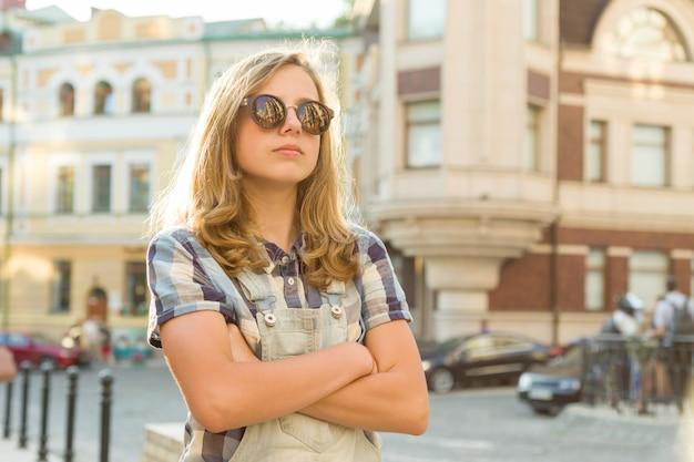 Portret van triest ongelukkig tienermeisje met gevouwen handen
