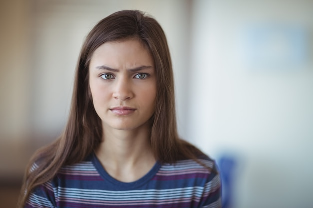 Portret van triest schoolmeisje