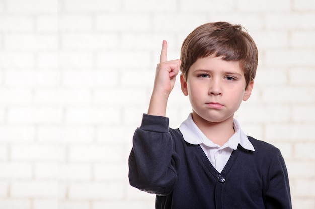 Portret van trieste basisschool jongen.