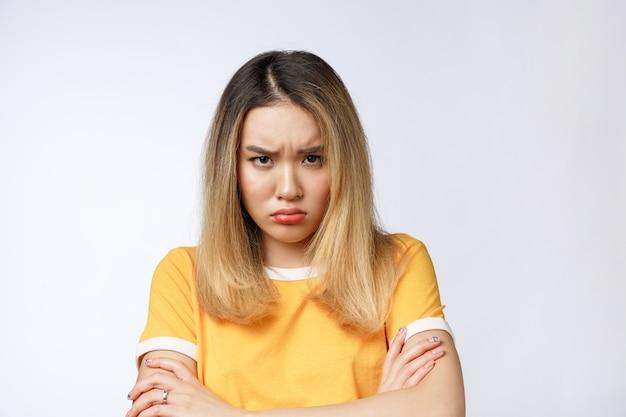 Portret van trieste huilende peinzende gekke gekke aziatische vrouw