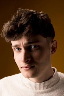 Portret van trieste jongeman
