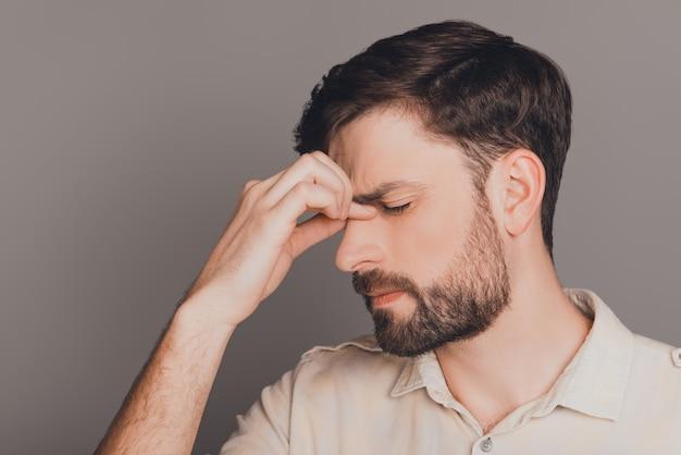 Portret van trieste vermoeide jonge man na het werk