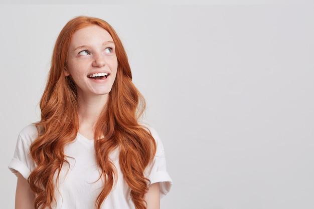Portret van trieste wanhopige jonge vrouw met lang rood golvend haar