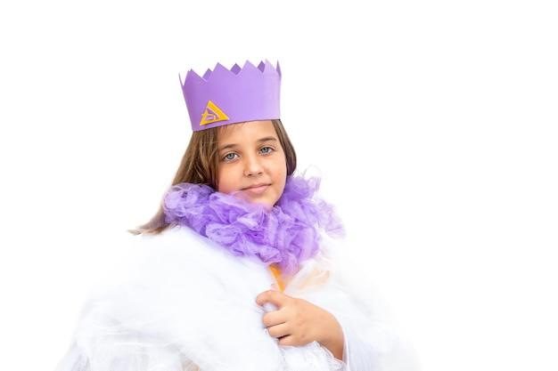 Portret van trots kind meisje in koningin kostuum in witte mantel geïsoleerd
