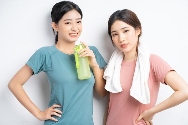 Portret van twee aziatische vrouwen die gymkleding dragen wearing