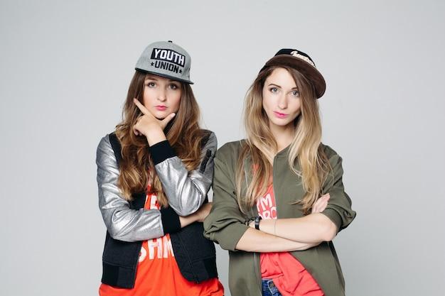 Portret van twee bestfriends hipster girls