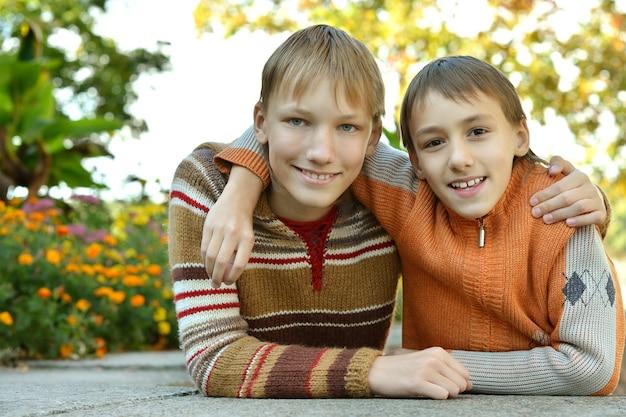 Portret van twee broers in een park