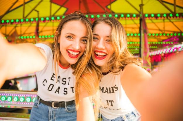 Portret van twee gelukkige vrouwelijke vrienden