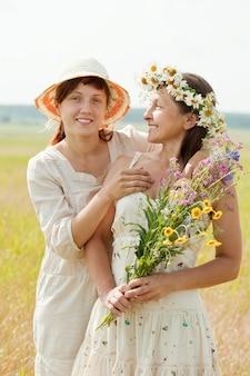 Portret van twee gelukkige vrouwen