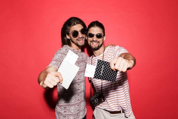 Portret van twee jonge gelukkige tweelingbroers