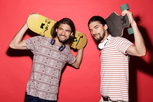 Portret van twee jonge lachende tweelingbroers
