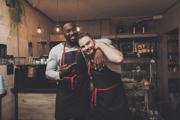 Portret van twee jonge mannelijke barista op het werk ruimte