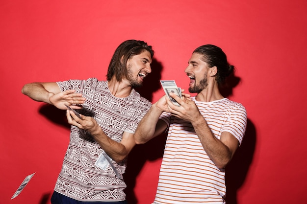 Portret van twee jonge vrolijke tweelingbroers