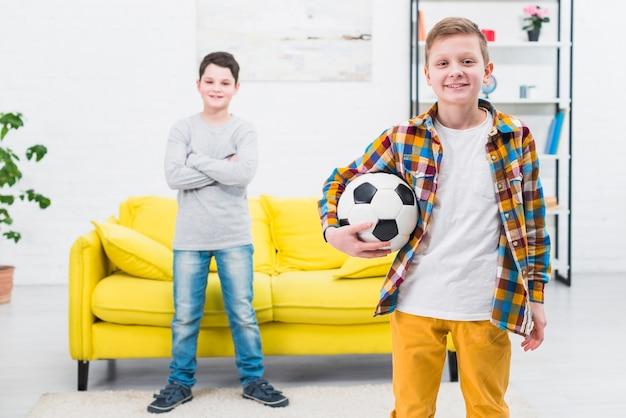Portret van twee jongens thuis