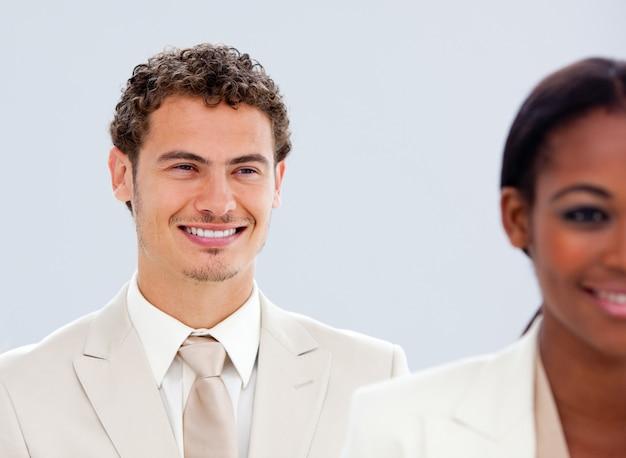 Portret van twee lachende mensen uit het bedrijfsleven