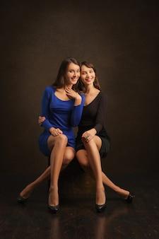 Portret van twee lieve zusters