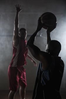Portret van twee mannen die basketbal spelen