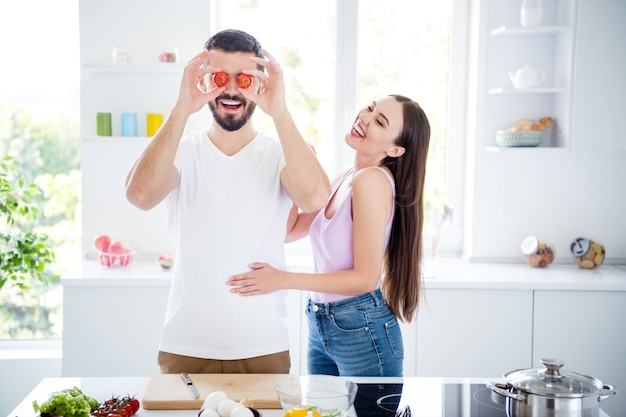 Portret van twee mensen bereiden biologische maaltijd voor de gek