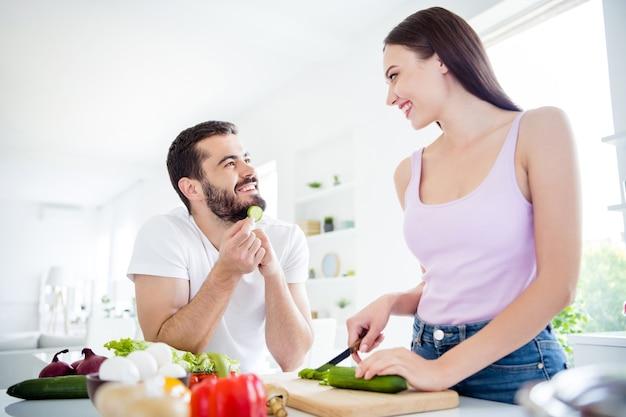 Portret van twee mensen bereiden verse vegetarische schotel