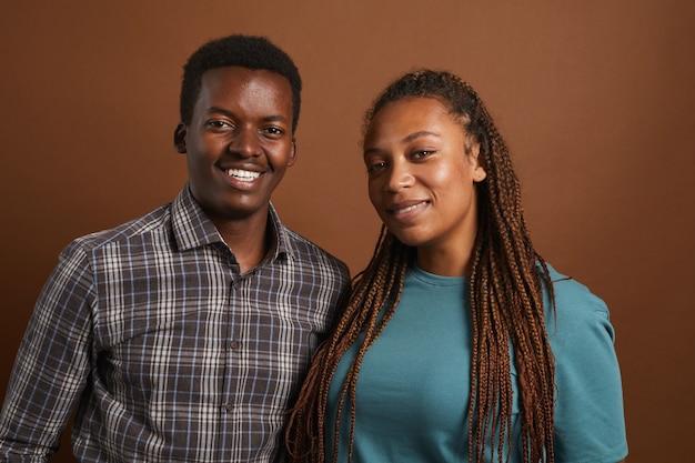Portret van twee moderne afro-amerikaanse mensen die zich voordeed op bruin