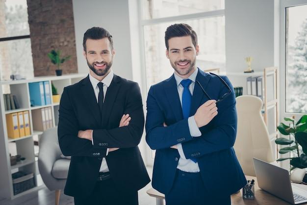 Portret van twee mooie aantrekkelijke inhoud slimme slimme ambitieuze ervaren vrolijke vrolijke mannen expert specialist werkgever hr ceo baas chef bij industriële loft licht wit interieur werkplek station