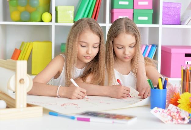 Portret van twee mooie kleine meisjes in de klas