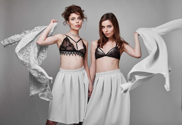 Portret van twee mooie, sensuele brunette model-tweelingen