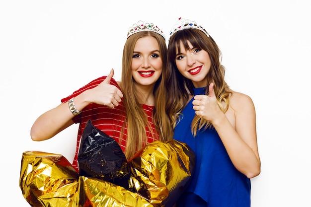 Portret van twee mooie vrouwen met heldere partijballons