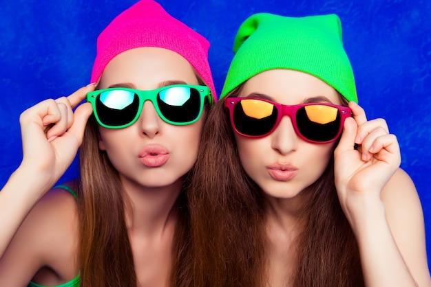 Portret van twee mooie zusters in hoeden en glazen steenbolk