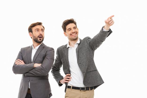 Portret van twee opgewonden bedrijfsmensen die weg eruit zien
