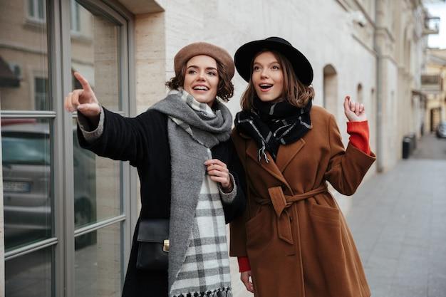 Portret van twee opgewonden meisjes