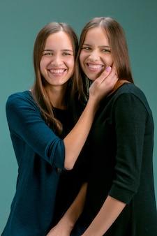 Portret van twee prachtige tweeling jonge vrouwen