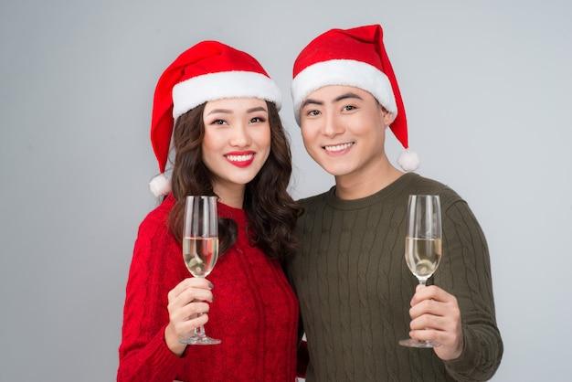 Portret van twee verliefde mensen met glazen champagne