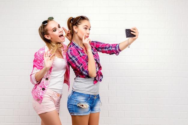 Portret van twee vrienden poseren