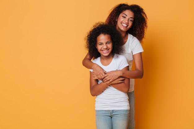 Portret van twee vrolijke afrikaanse zussen