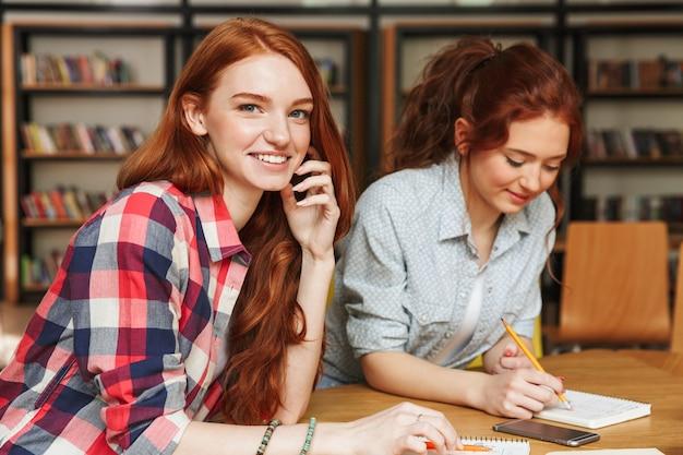 Portret van twee vrolijke tienermeisjes